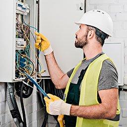 Cennik usług elektrycznych – montaż gniazdka, rozdzielni, osprzętu