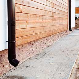 Montaż deski elewacyjnej – układ i wykonanie elewacji drewnianej