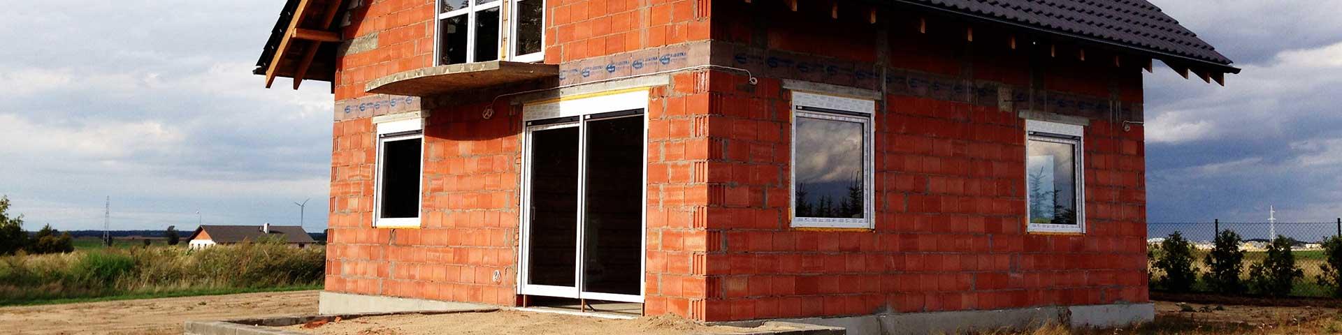 dom w stanie surowym zamkniętym zbudowany z pustaka ceramicznego porotherm