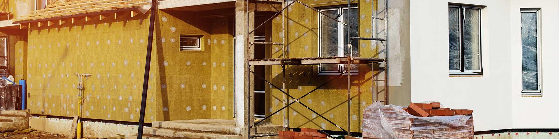 dom w trakcie ocieplania płytami z wełny mineralnej