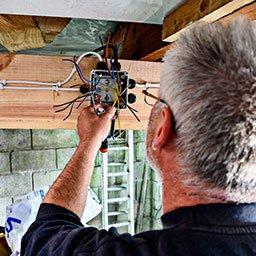 Instalacja elektryczna w garażu – jak podłączyć prąd i światło w garażu?