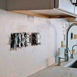 Instalacja elektryczna w kuchni – jak i gdzie podłączyć gniazdka i urządzenia AGD?