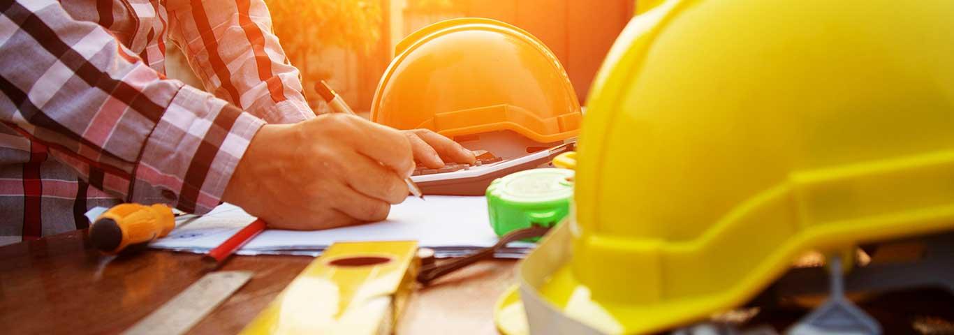 kierownik budowy wypełnia dziennik budowy na stole