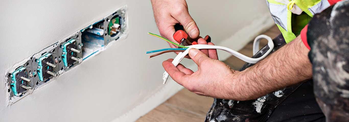 elektryk montuje gniazda elektryczne