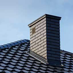 Murowanie komina systemowego i z cegły – jak to zrobić poprawnie?