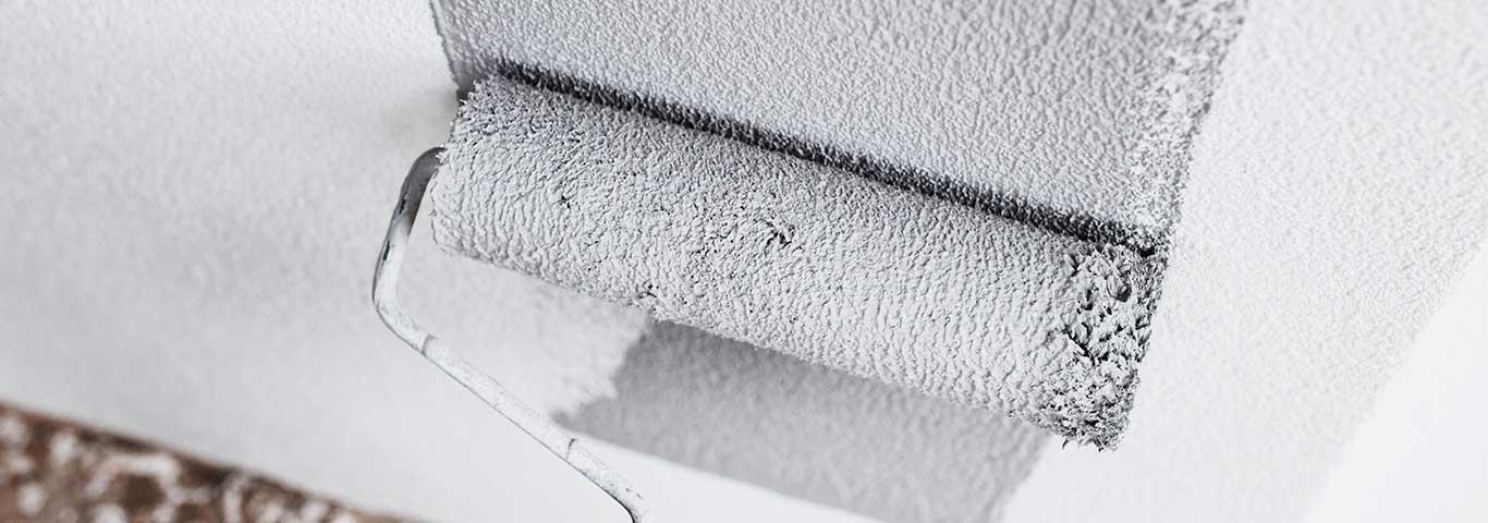 malowanie wałkiem malarskim ściany zewnętrznej domu na kolor szary