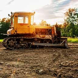 Niwelacja terenu. Jak wyrównać teren na działce budowlanej?