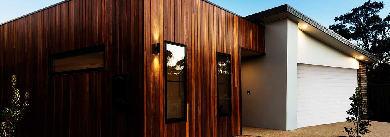dom z nowoczesną elewacją z drewna