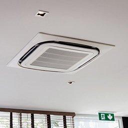 Klimatyzator sufitowy (kasetonowy) – jak działa? Montaż i ceny