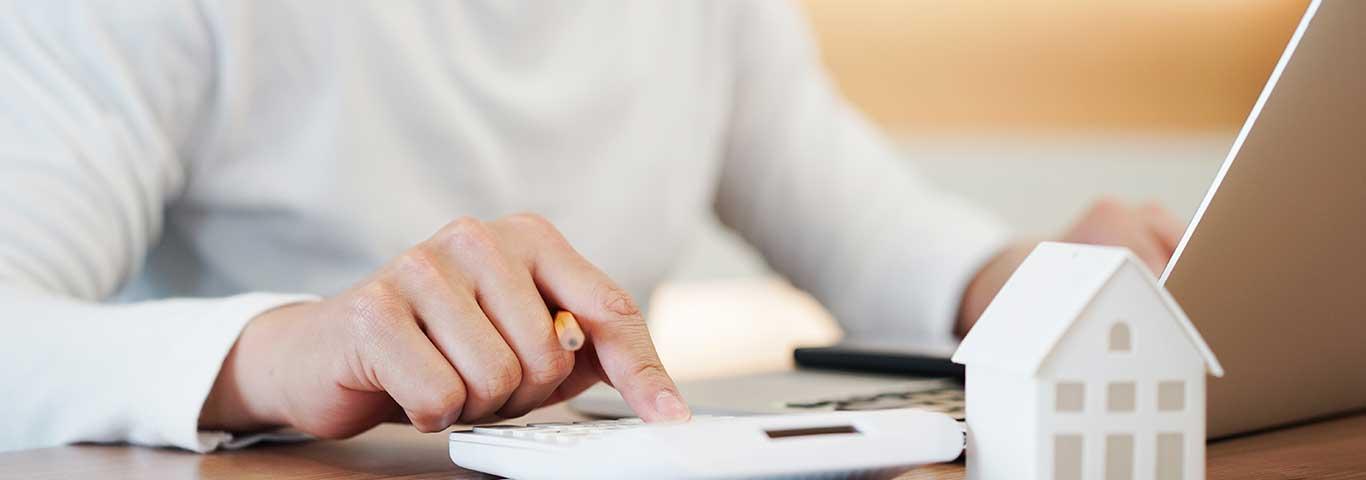 doradca oblicza koszt kredytu hipotecznego dla domu