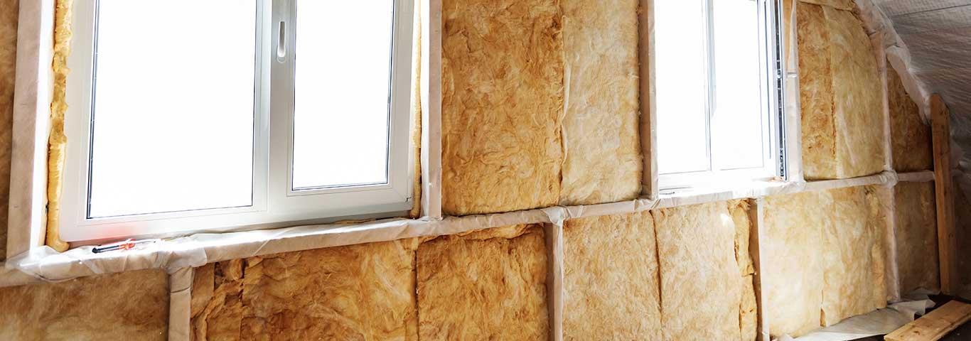 izolacja cieplna ściany wewnętrznej wełną mineralną w domu drewnianym