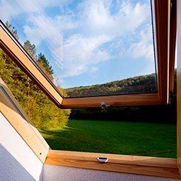 Okna dachowe (połaciowe) – jakie okna na poddasze wybrać?