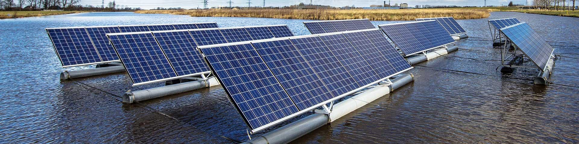 panele fotowoltaiczne umieszczone na wodzie