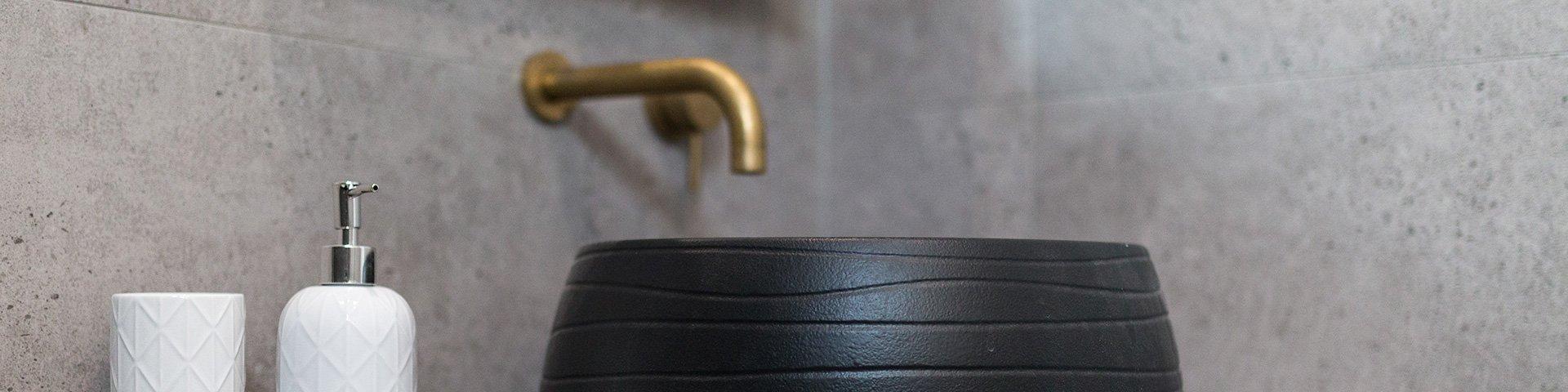 bezfugowe, szare płytki w dużych rozmiarach na ścianie w łazience