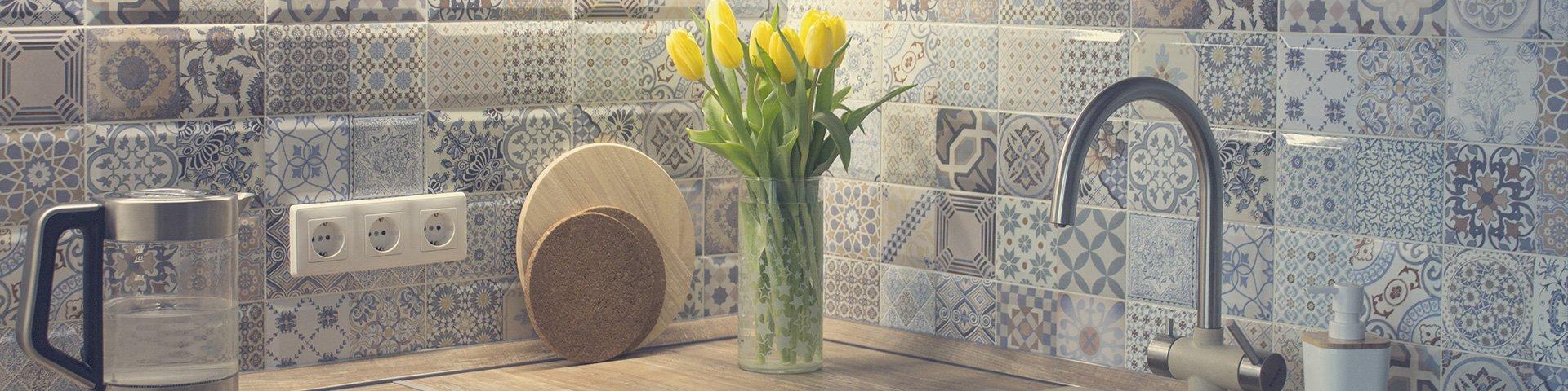 małe kwadratowe płytki w orientalne wzory na ścianie w kuchni