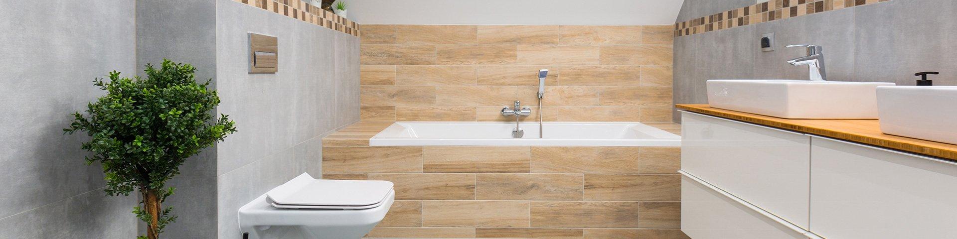 łazienka wyłożona płytkami: szarymi oraz imitującymi drewno