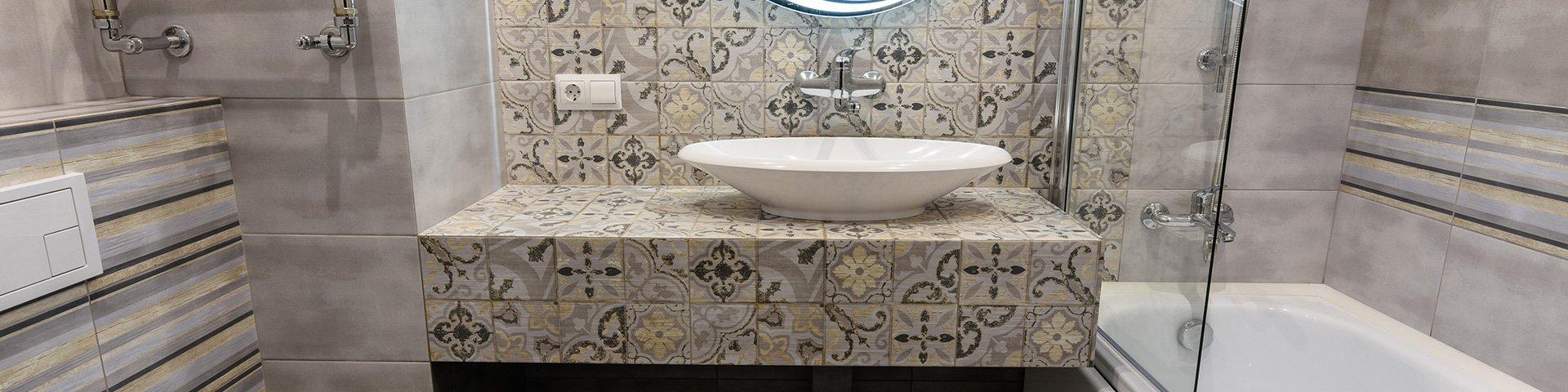 łazienka wyłożona płytkami o małym i dużym formacie