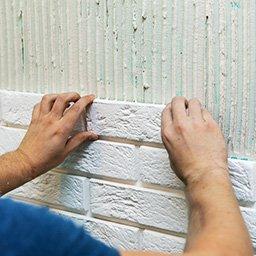 Płytki gipsowe, cegły i dekoracje z gipsu – jak układać?