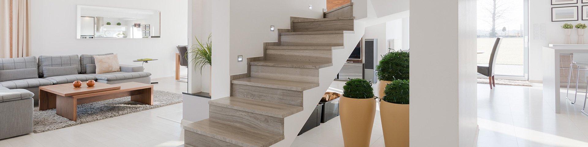 schody z płytek drewnopodobnych w nowoczesnym domu