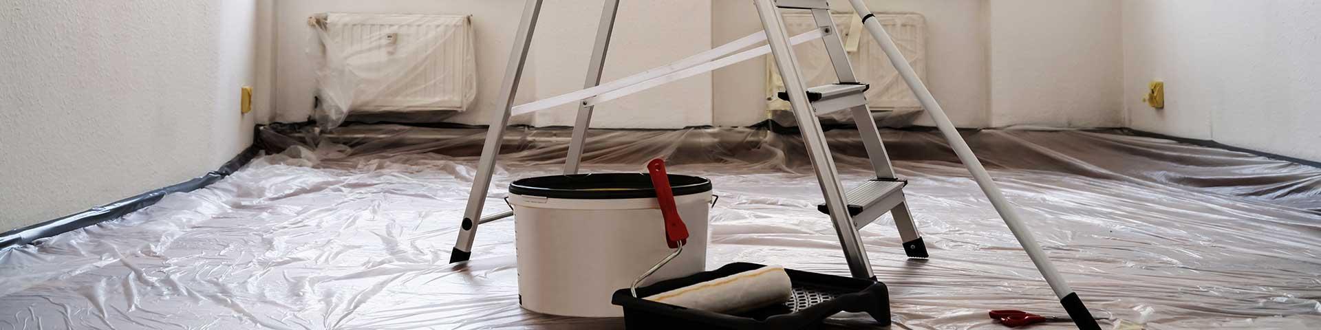 pokój zabezpieczony folią malarską przygotowany do malowania ścian