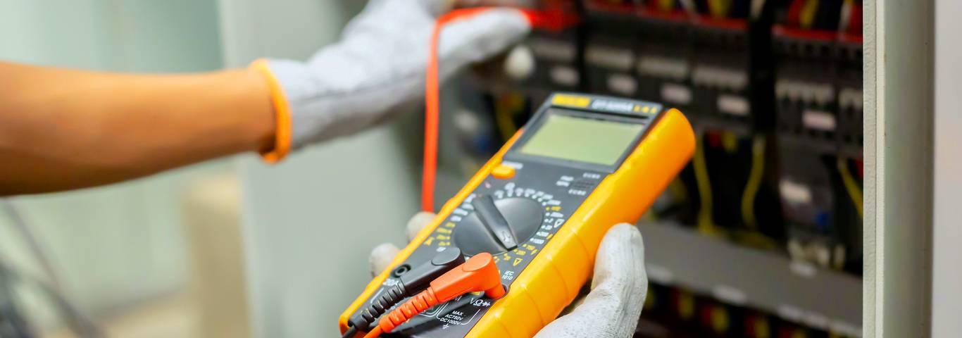 elektryk wykonuje pomiary instalacji elektrycznej