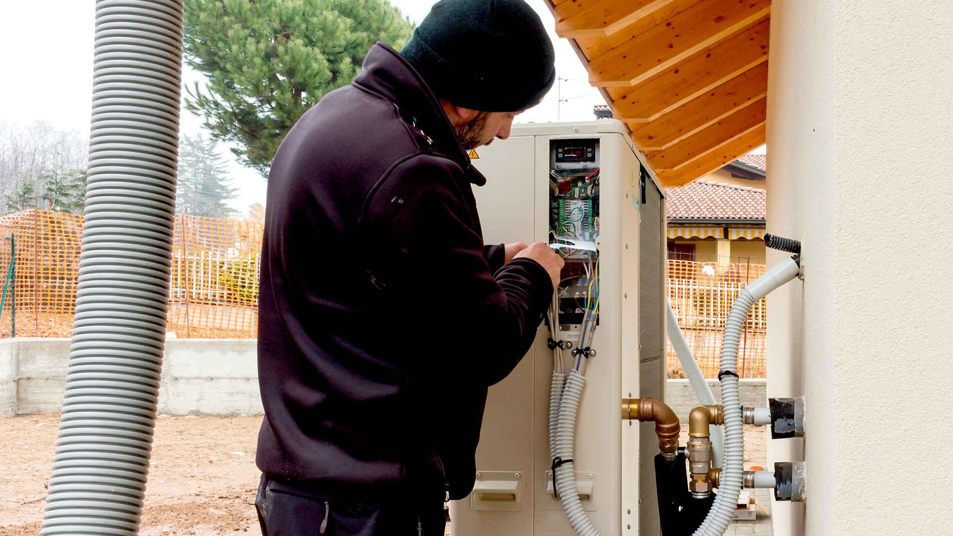 specjalista instaluje pompę ciepła woda-woda -  w 2021