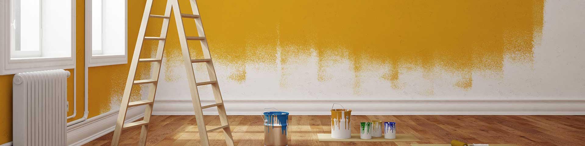 pomieszczenie w trakcie malowania ścian na żółty kolor