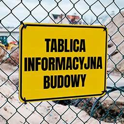 Jak wygląda wypełniona tablica informacyjna budowy i kto za nią odpowiada?