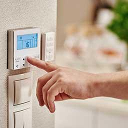 Klimatyzacja centralna w domu – jak działa? Wady i zalety