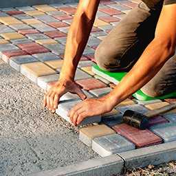 Układanie kostki brukowej na betonie – czy jest możliwe?