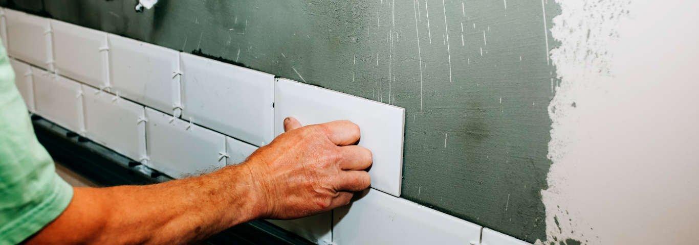 przesunięcie o jedną trzecią długości sąsiedniego kafelka to popularna metoda układania płytek-cegiełek