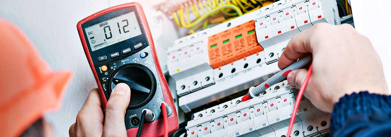 bezpieczniki elektryczne są elementem skrzynki rozdzielczej