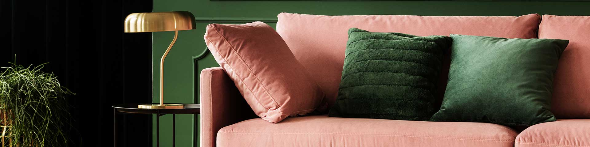 różowa sofa z weluru we wnętrzu w stylu glamour