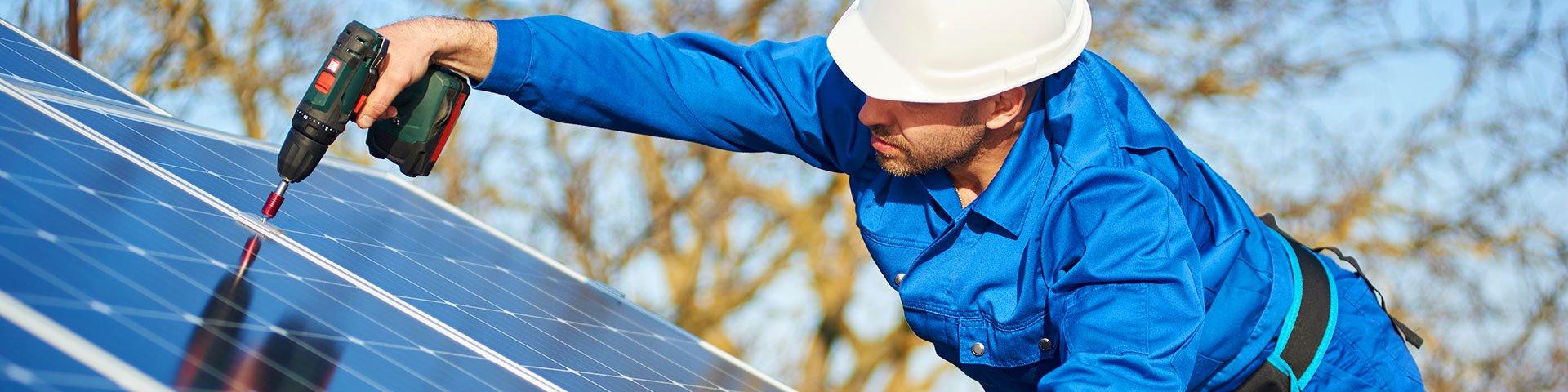 instalator fotowoltaiki montuje panele fotowoltaiczne na dachu