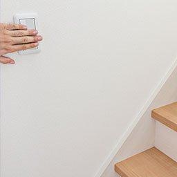Wyłącznik schodowy – jak podłączyć? Jak działa łącznik schodowy?