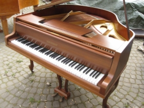 Brązowy Fortepian Gebr. Niendorf, długość 137cm
