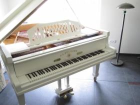 Biały fortepian F.L. Neumann, długość 160cm