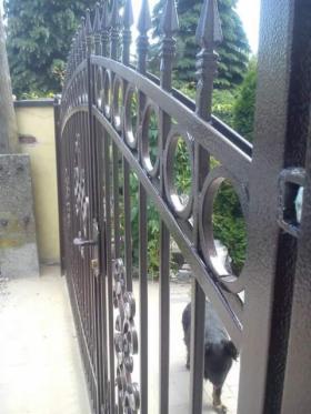 montaż bramy dwuskrzydłowej słupki beton podmurówka