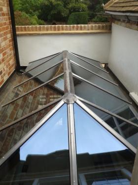 Kompleksowa budowa dachów, wymiana rynien i poszyć dachowych, malowanie dachów.