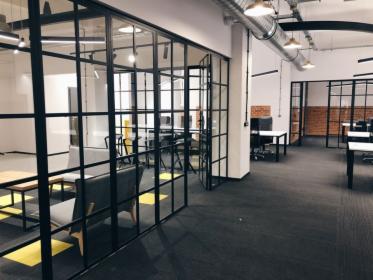 Dostawa i montaż ścianek szklanych w biurze.