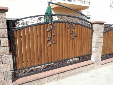 Ogrodzenie z elementami drewnianymi
