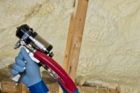 Docieplenia Ocieplenie poddasza strychu domu z materiałem pianką poliuretanową