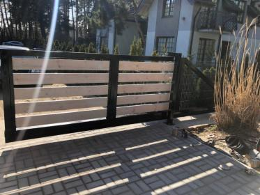 Brama przesuwna pod wymiar - z wypełnieniem drewnianym, Bydlino, oferta