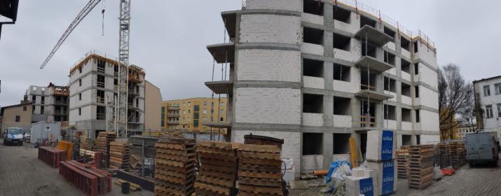 Montaż okien w nowo budowanym bloku