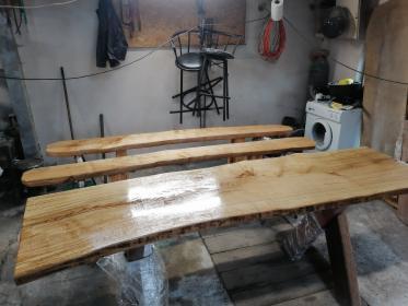 Sprzedam stół i ławki dębowe komplet.