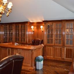 gabinet  z drewna sapeli