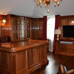 stylowy gabinet z drewna sapeli