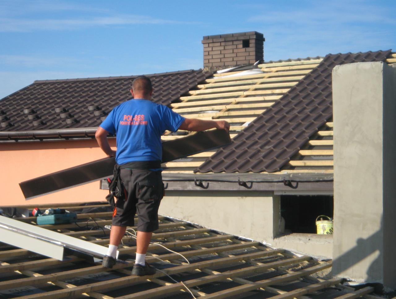 Prace dekarskie na dachu