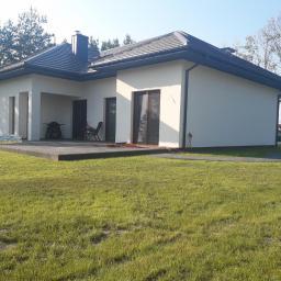 W okolicach Mińska Mazowieckiego wykonaliśmy dom parterowy z poddaszem użytkowym o łącznej powierzchni użytkowej 250m^2.
