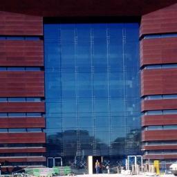 Projektujemy fasady i przeszklenia w budynkach. Na zdjęciu główna fasada na konstrukcji szklanej budynku Narodowego Forum Muzyki we Wrocławiu, której konstrukcję zaprojektowaliśmy.